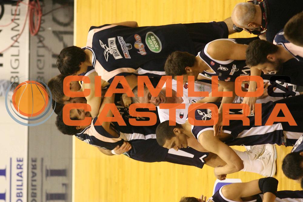 DESCRIZIONE : Bologna Lega A1 2005-06 Vidi Vici Virtus Bologna Climamio Fortitudo Bologna<br />GIOCATORE : Team Climamio Fortitudo Bologna Rombaldoni Becirovic Lorbek Bruttini<br />SQUADRA : Climamio Fortitudo Bologna<br />EVENTO : Campionato Lega A1 2005-2006 <br />GARA : Vidi Vici Virtus Bologna Climamio Fortitudo Bologna<br />DATA : 15/04/2006 <br />CATEGORIA : Esultanza<br />SPORT : Pallacanestro <br />AUTORE : Agenzia Ciamillo-Castoria/G.Ciamillo