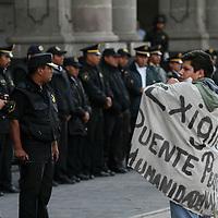 Toluca, Mex.- Estudiantes de la Universidad marchan y se manifiestan frente al palacio de gobierno, en conmemoracion de la matanza del 2 de Octubre de 1968 en la plaza de las 3 culturas de Tlaltelolco. Agencia MVT / Mario Vazquez de la Torre. (DIGITAL)<br /> <br /> <br /> <br /> <br /> <br /> <br /> <br /> NO ARCHIVAR - NO ARCHIVE