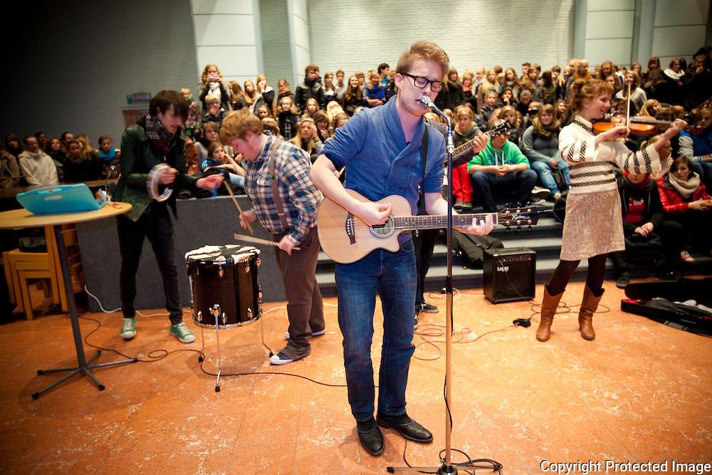 369797-optreden van School Is Cool in Kardinaal Van Roey-instituut Vorselaar