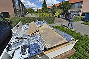 Nederland, Arnhem, 25-4-2017Personeel van een sloopbedrijf ontmantelen een wietplantage en de bijbehorende installaties in een sociale huurwoning in Arnhem Malburgen. Vaak worden de plantages voorzien van afgetapte elektriciteit en bestaat er groot gevaar voor de buren.Foto: Flip Franssen