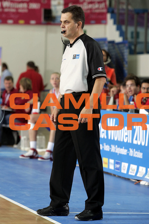 DESCRIZIONE : Chieti Italy Italia Eurobasket Women 2007 <br /> Quarti di finale Lituania Russia Lithuania Russia<br /> GIOCATORE : arbitro referees<br /> SQUADRA : <br /> EVENTO : Eurobasket Women 2007 Campionati Europei Donne 2007 <br /> GARA : Lituania Russia Lithuania Russia<br /> DATA : 05/10/2007 <br /> CATEGORIA :<br /> SPORT : Pallacanestro <br /> AUTORE : Agenzia Ciamillo-Castoria/H.Bellenger<br /> Galleria : Eurobasket Women 2007 <br /> Fotonotizia : Chieti Italy Italia Eurobasket Women 2007 Quarti di finale Lituania Russia Lithuania Russia<br /> Predefinita :