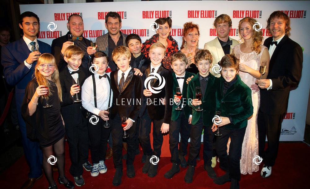 DEN HAAG - In het Afas Theater is het slotapplaus gehouden en daarna is er direct een afterparty voor alle genodigden. Met hier op de foto de complete Cast van Billy Elliot. FOTO LEVIN DEN BOER - PERSFOTO.NU