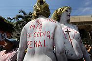 Mujeres que representas a grupos feministas realizan Miercoles May 15, 2013 una protesta Centro  Judicial y Corte Suprema de Justicia para exigir la pronta resolcion de un amparo para que se pueda realizar un aborto a una mujer que padece lupus. Photo: Franklin Rivera/fmln/Imagenes Libres.