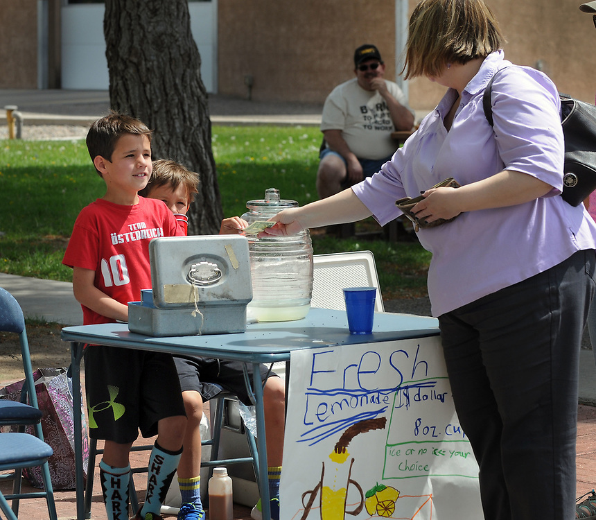 jt050617a/a sec/jim thompson/ Siobhan Shannon pays  William Bradford for her lemonade at the lemonade stand run by William and Walter Bradford at the Los Ranchos Farmers Market Saturday morning. Saturday May. 06, 2017. (Jim Thompson/Albuquerque Journal)