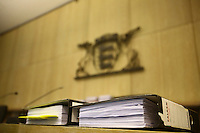 Mannheim. 01.03.17   BILD- ID 116  <br /> Unter hohe Sicherheitsvorkehrungen beginnt heute morgen am Landgericht der Prozess gegen einen 57-j&auml;hrigem Mann aus der T&uuml;rkei. Die Staatsanwaltschaft wirft ihm versuchten Mord vor. Er soll im Juni vergangenen Jahres in der Fahrlachstra&szlig;e f&uuml;nf Sch&uuml;sse auf einen Landsmann abgegeben haben. Die Hinterr&uuml;nde der Tat sind bisher weithin ungekl&auml;rt. Es k&ouml;nnten aber politische Interessen eine Rolle spielen. Der Mann auf den geschossen worden war, tritt bei dem Prozess als Nebenkl&auml;ger auf. Er soll ein Anh&auml;ner des t&uuml;rkischen Ministerpr&auml;sidenten Recep Tayyip Erdoğan sein. Der Angeklagte, so beschreibt es sein Verteidiger Stefan Alleier, geh&ouml;re keiner politischen Gruppierung an, er sei aber am Tattag nach Deutschland gereist, um einen Streit zwischen zerstrittenen Parteien zu schlichten. Geschossen habe sein Mandant erst dann, als er von seinem Gegen&uuml;ber angegriffen worden sei.<br /> Nach der Verlesung der Anklage durch die Staatsanwaltschaft, m&ouml;chte sich der Angeklagte mit einer ausf&uuml;hrlichen Erkl&auml;rung zum Tathergang &auml;u&szlig;ern. Der Beginn des Prozesses ist um 9 Uhr geplant.<br /> Bild: Markus Prosswitz 01MAR17 / masterpress (Bild ist honorarpflichtig - No Model Release!)