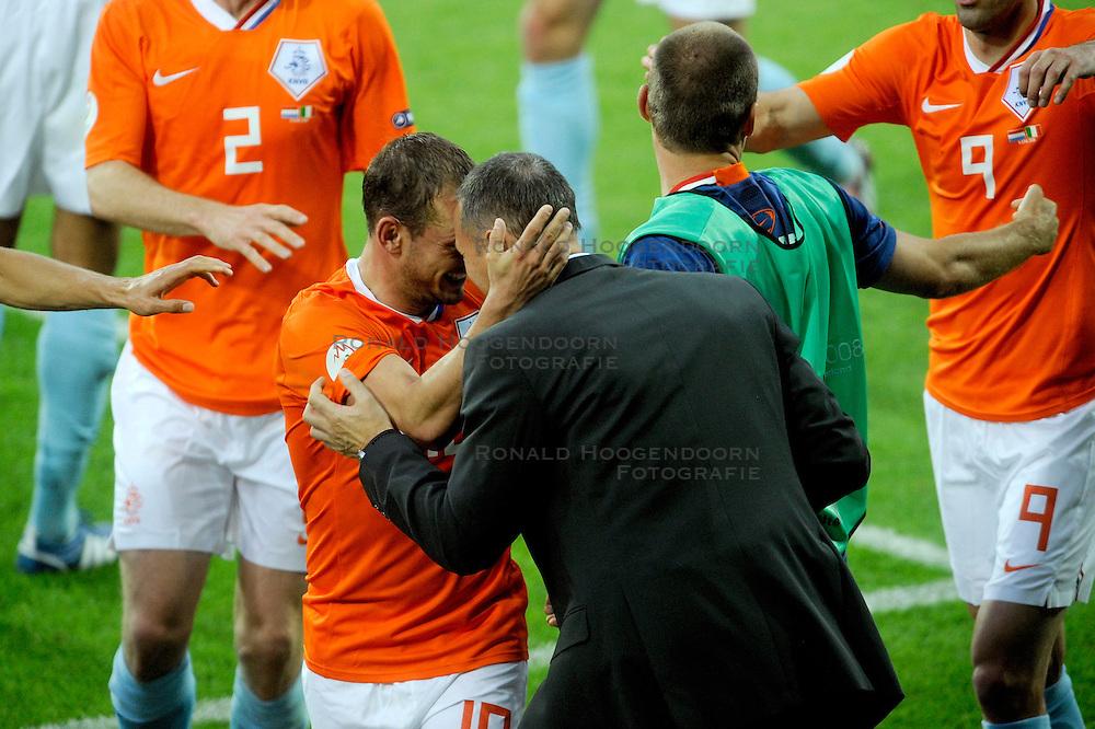 09-06-2008 VOETBAL: EURO 2008 NEDERLAND - ITALIE: BERN<br /> Nederland wint met een overtuigende 3-0 van Wereldkampioen Italie / Wesley Sneijder scoort de 2-0<br /> &copy;2008-WWW.FOTOHOOGENDOORN.NL