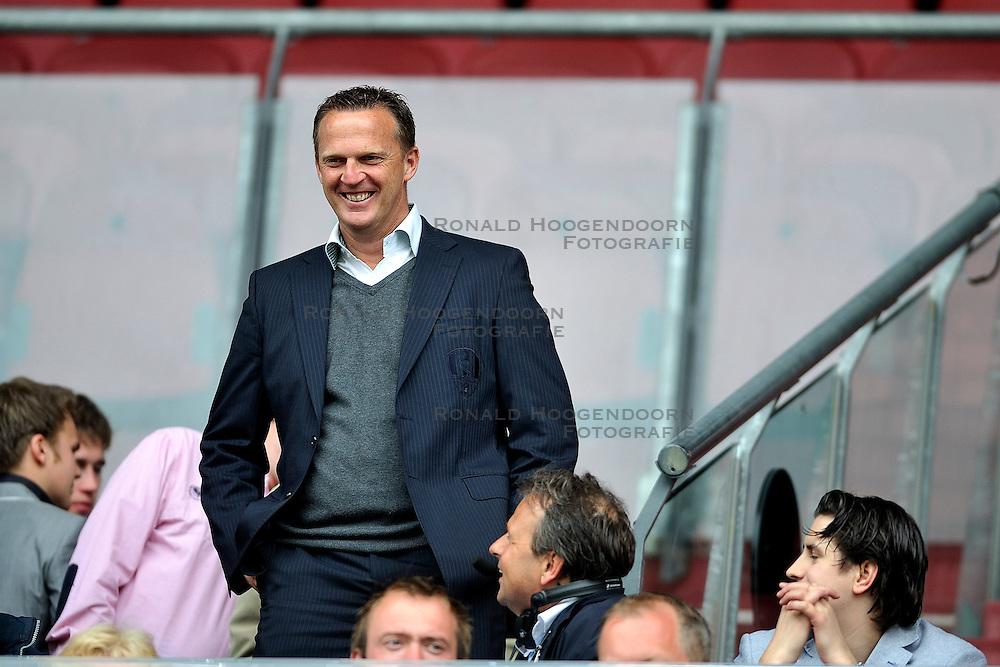 03-04-2011 VOETBAL: FC UTRECHT - ADO DEN HAAG: UTERCHT<br /> coach John van der Brom<br /> &copy; Ronald Hoogendoorn Photography