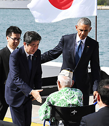 """US-Präsident Barack Obama und Japans Premier Shinzo Abe beim Gedenken an die Opfer des japanischen Angriffs auf Pearl Harbor vor 75 Jahren / 271216<br /> <br /> <br /> <br /> ***After giving a speech at Pearl Harbor in Hawaii on Dec. 27, 2016, Japanese Prime Minister Shinzo Abe reaches out to shake hands with a U.S. veteran who survived the Japanese attack there in 1941. In the speech, Abe offered his """"sincere and everlasting condolences"""" for those who died in the attack. On the right is U.S. President Barack Obama.***"""