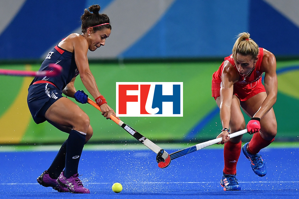 USA's Melissa Gonzalez (L) and Great Britain's Susannah Townsend vie during the women's field hockey Britain vs the USA match of the Rio 2016 Olympics Games at the Olympic Hockey Centre in Rio de Janeiro on August, 13 2016. / AFP / MANAN VATSYAYANA        (Photo credit should read MANAN VATSYAYANA/AFP/Getty Images)