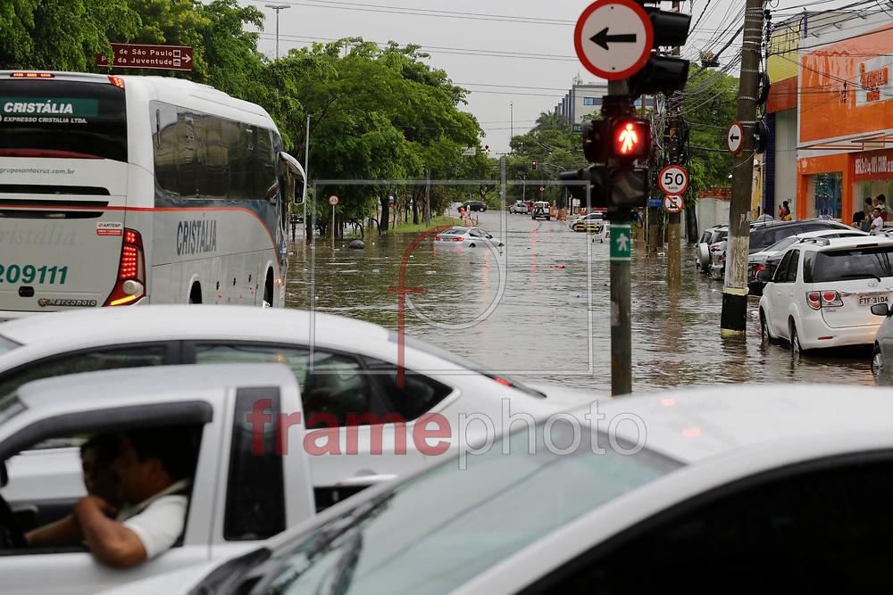 Grande ponto de alagamento se forma na avenida Zaki Narchi, esquina com a avenida Cruzeiro do sul, zona norte da capital, durante forte chuva na tarde deste sabado. Foto: Nelson Antoine/FramePhoto