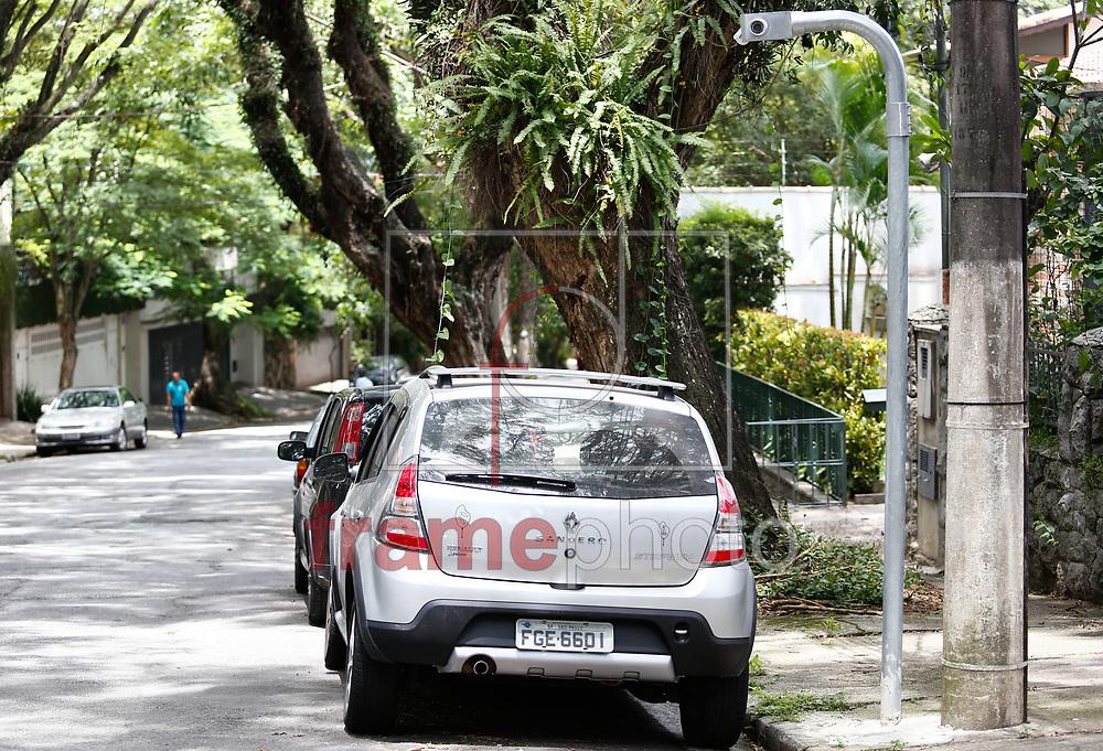 Moradores da Rua Antonina na zona oeste de São Paulo instalaram, várias câmeras de segurança nas calcadas para evitar furtos e roubo a residências Foto Marcelo D. Sants/FramePhoto.