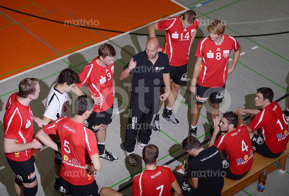 Volleyball 1. Bundesliga  Saison  2012/2013  05.09.2012 TV Rottenburg  - SV Fellbach Teambesprechung; Trainer Hans Peter Mueller-Angstenberger (Mitte, TV Rottenburg)