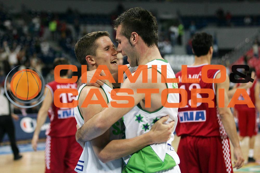 DESCRIZIONE : Belgrado Belgrade Eurobasket Men 2005 Croazia Slovenia<br /> GIOCATORE : Giocatori Players jubilation<br /> SQUADRA : Slovenia<br /> EVENTO : Eurobasket Men 2005 Campionati Europei Uomini 2005<br /> GARA : Croazia Slovenia Croatia Slovenia<br /> DATA : 24/09/2005<br /> CATEGORIA :<br /> SPORT : Pallacanestro<br /> AUTORE : Ciamillo&amp;Castoria/Fiba Europe Pool