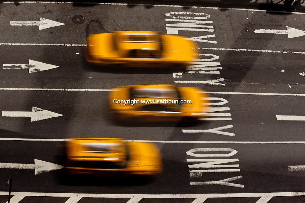 New York Times square, , elevated view , traffic on broadway and 7th avenue , yellow cabs , United states / taxis jaunes a times square sur broadway et la  7em avenue . New York - Etats unis