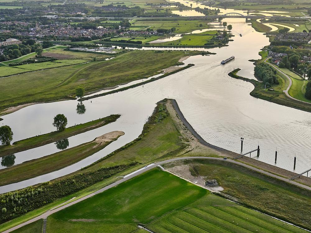 Nederland, Utrecht, Nieuwegein, 14-09-2019; Vreeswijk. Het Lekkanaal mondt uit in rivier de Lek. Brug bij Vianen aan de horizon. <br /> Buiten beeld de nabijgelegen, de Prinses Beatrixsluizen, met de nieuwe 3e sluiskolk .<br /> Mouth of the river Lek canal and the river Lek, near the Princess Beatrix lock<br /> luchtfoto (toeslag op standard tarieven);<br /> aerial photo (additional fee required);<br /> copyright foto/photo Siebe Swart