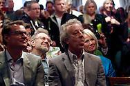 HAARZUILENS - In restaurant 't Wapen werd de DVD box gepresenteerd van 'Kunt u me de weg naar Hamelen vertellen, meneer?'. Met op de foto eerste rij Albert Verlinde en Hans van Willigenburg en daarachter Rob de Nijs en Loeki Knol. FOTO LEVIN DEN BOER - PERSFOTO.NU