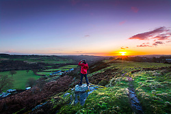 © Licensed to London News Pictures. 25/01/2018. Baildon UK. The sun rises this morning over the town of Shipley in Yorkshire seen from the top of Baildon Moor. Photo credit: Andrew McCaren/LNP