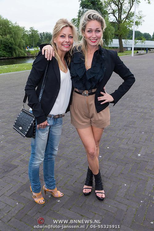 """NLD/Amsterdam/20130626 - Uitreiking Jackie""""s Best Dressed 2013, zwangere Do, Domonique van Hulst en vriendin Kim"""