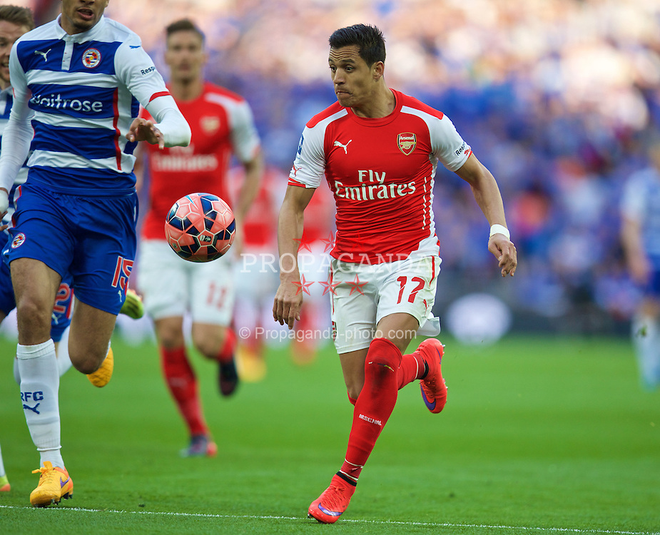 LONDON, ENGLAND - Saturday, April 18, 2015: Arsenal's Alexis Sanchez in action against Reading during the FA Cup Semi-Final match at Wembley Stadium. (Pic by David Rawcliffe/Propaganda)