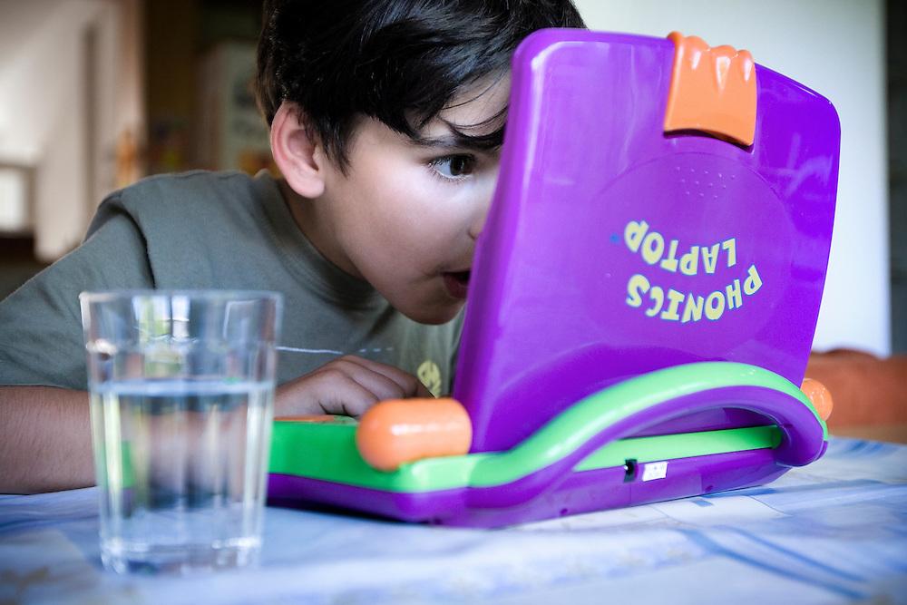 Nederland. Den Haag, 5 juli 2007.<br /> Kleuter van 5 1/2 jaar oud achter een laptop voor kinderen. Leren rekenen en schrijven.<br /> Foto Martijn Beekman <br /> NIET VOOR TROUW, AD, TELEGRAAF, NRC EN HET PAROOL