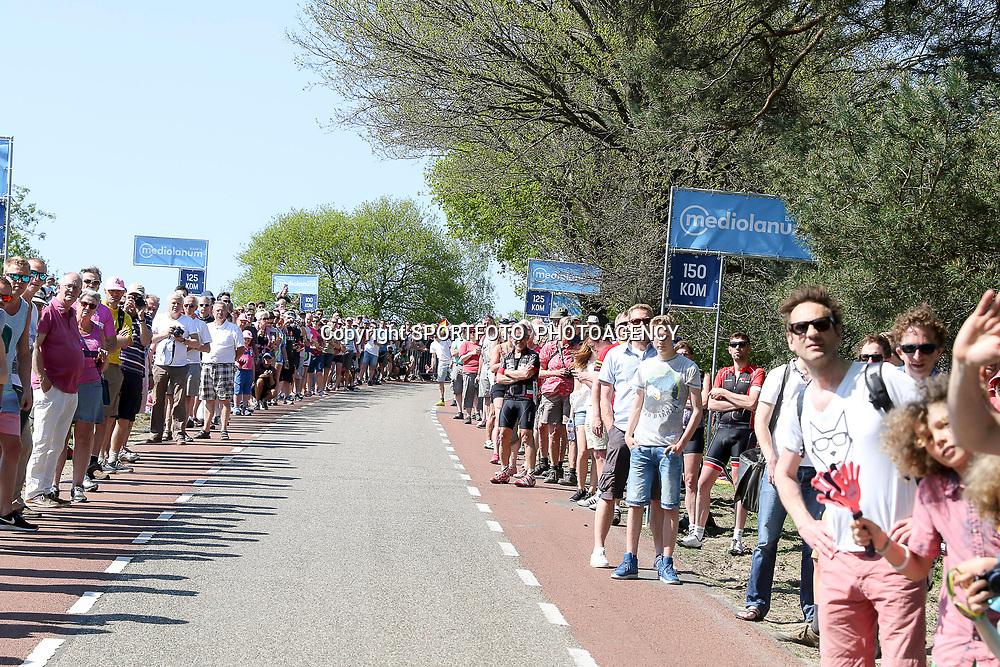 08-05-2016: Wielrennen: Giro: Arnhem<br />ARNHEM (NED) wielrennen<br />De tweede etappe van de voerde het peloton door de over Betuwe en de Liemers. Drukte op de Posbank