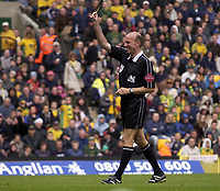 Fotball<br /> England 2004/2005<br /> Foto: SBI/Digitalsport<br /> NORWAY ONLY<br /> <br /> Norwich City v Birmingham City<br /> FA Barclays Premiership<br /> 07/05/2005.<br /> <br /> Referee Steve Bennett gives one of several bookings.