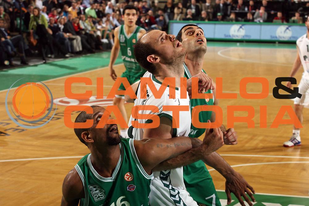 DESCRIZIONE : Treviso Eurolega 2006-07 Top 16 Benetton Treviso Unicaja Malaga <br /> GIOCATORE : Jimenez Soragna Shumpert Lotta a Rimbalzo<br /> SQUADRA : Unicaja Malaga  <br /> EVENTO : Eurolega 2006-2007 Top 16 <br /> GARA : Benetton Treviso Unicaja Malaga <br /> DATA : 08/03/2007 <br /> CATEGORIA : Rimbalzo Curiosita<br /> SPORT : Pallacanestro <br /> AUTORE : Agenzia Ciamillo-Castoria/M.Marchi<br /> Galleria : Eurolega 2006-2007 <br /> Fotonotizia : Treviso Eurolega 2006-2007 Top 16 Benetton Treviso Unicaja Malaga <br /> Predefinita :