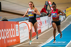 Lisanne de Witte and Kadene Vassell in action on the 200 meter during the Dutch Indoor Athletics Championship on February 23, 2020 in Omnisport De Voorwaarts, Apeldoorn