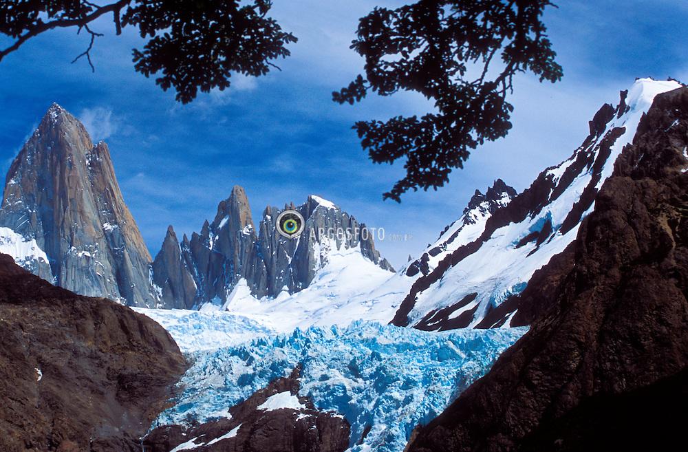 Patagonia, Argentina. 01/2004.Monte Fitz Roy. Parque Nacional Los Glaciares, El Chalten, Provincia de Santa Cruz. Patagonia e uma regiao natural no extremo sul do continente americano que abarca a parte sul do Chile e da Argentina, incluindo os chamados Andes patagonicos./ Fitz Roy Mount. Glaciers National Park, El Chalten, Santa Cruz Province. Patagonia is the portion of South America in Argentina and Chile made up of the Andes mountains to the west and south, and plateaux and low plains to the east..Foto © Marcos Issa/Argosfoto