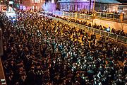 Pri&egrave;res, danses festives, chants, feu de joie, p&acirc;tisseries et pizza pour les enfants : des milliers de personnes de la communaut&eacute; juive ont c&eacute;l&eacute;br&eacute; la f&ecirc;te de Lag Ba&rsquo;omer, hier soir &agrave; Montr&eacute;al. Un moment rendu plus important encore cette ann&eacute;e en raison de la visite du rabbin Yissachar Dov Rokeach, chef spirituel de la communaut&eacute; Belz.<br /> Marche nocturne, av. Du Parc