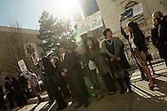 Apoyantes de Imelda Valenzuela Gonzalez realizan una vigilia frente a las instalaciones de la Corte de Inmigracion de Denver, Colorado, APril 04, 2013 Valenzuela con 14 anos de residencia en EEUU y madre de tres deberá acudir a audiencia por proceso de deportacion.  Segun organizaciones pro-derechos de los inmigrantes, se encuentra procesada despues de que un supuesto notario, actualmente profugo de la justicia, le defraudara tras haberle prometido asistencia en la obtencion de un permiso de trabajo.  Valenzuela Gonzalez fue citada a otra audiencia para el mes de diciembre, por lo que su estatus queda en suspenso.. Graham Hunt/Imagenes Libres.