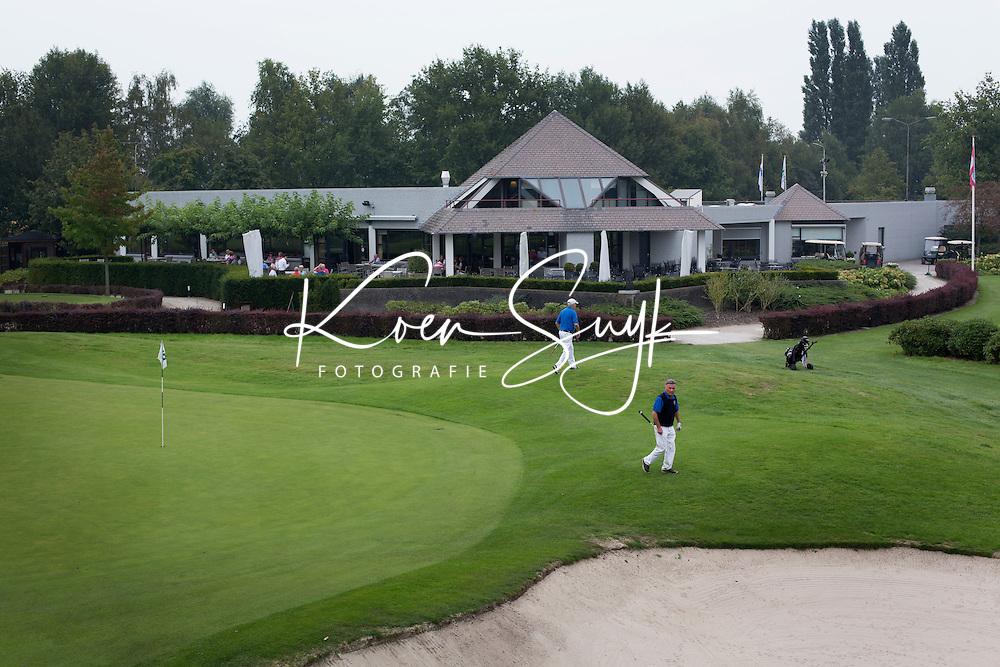 OOSTERHOUT - Hole 18 met clubhuis.  Oosterhoutse Golf Club COPYRIGHT KOEN SUYK