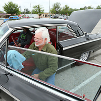 Don English of Center Ridge Arkansas tries to do a little last minute cleaning after finding a good parking spot at the BancorpSouth Arena on Friday.