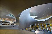 Nederland, the Netherlands, Arnhem, 1-9-2015Het nieuwe station van de gelderse hoofdstad wordt binnenkort officieel geopend. De ov terminal met parkeergarage en fietsenstalling is klaar. De ingewikkelde architectuur heeft het bouwproject veel problemen en vertraging opgeleverd. Het is dan ook een architectonisch en bouwkundig hoogstandje. Het ontwerp voor het station is gedaan door architectenbureau UNStudio, Ben van Berkel.  Uiteindelijk heeft de bouw 18 jaar en 90 miljoen euro, veel meer als aanvankelijk begroot, gekost. Meteen deden zich al enkele valpartijen voor op een van de onregelmatige trappen, zodat een opgang tijdelijk afgesloten werd totdat er duidelijke trapmarkering is aangebracht...FOTO: FLIP FRANSSEN/ HH