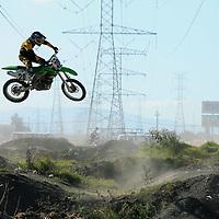 Metepec, Mex.- J&oacute;venes practican motocross en una pista habilitada por ellos mismos en la avenida de las Torres. Agencia MVT / Mario Vazquez de la Torre. (DIGITAL)<br /> <br /> <br /> <br /> NO ARCHIVAR - NO ARCHIVE