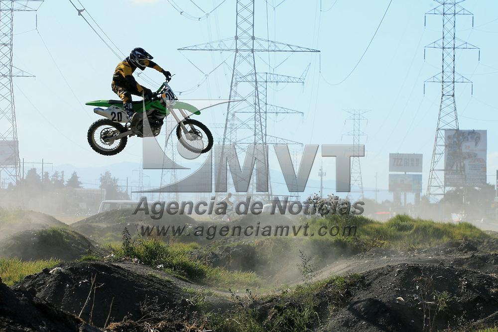 Metepec, Mex.- Jóvenes practican motocross en una pista habilitada por ellos mismos en la avenida de las Torres. Agencia MVT / Mario Vazquez de la Torre. (DIGITAL)<br /> <br /> <br /> <br /> NO ARCHIVAR - NO ARCHIVE