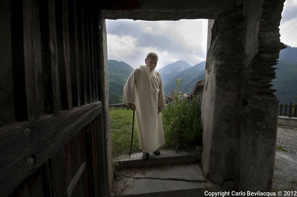 Father Sergio is a Benedictine monk. He lives on a mountain at 1548 meters near Turin. Father Sergio has chosen to live in solitude and silence, surrounded by nature and its 55,000 books. His library is housed in five rooms of his house-monastery where he  lives since more than 30 years. He was born in the midst of books, his father in Milan was a typographer and bookbinder
