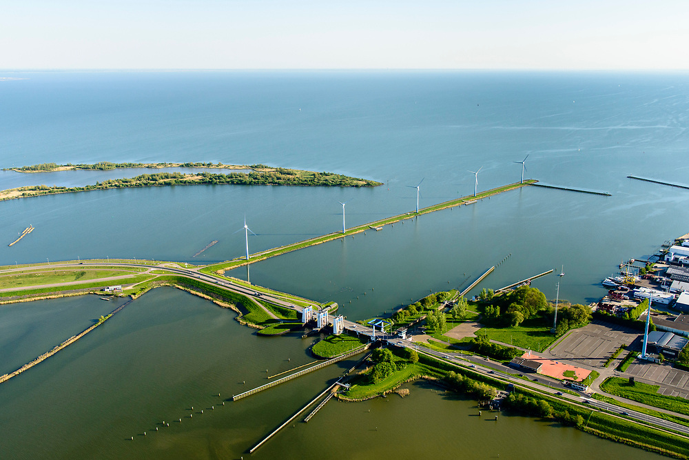 Nederland, Noord-Holland, Enkhuizen, 07-05-2018; Krabbersgatsluis, tussen Markermeer en IJsselmeer. Begin Houtribdijk,N302. Deze sluis is vervangen door het nabijgelegen Naviduct. Naast de schutsluis spuisluizen.<br /> Krabbersgatsluis, between Markermeer and IJsselmeer. This lock has been replaced by the nearby Naviduct.<br /> <br /> luchtfoto (toeslag op standard tarieven);<br /> aerial photo (additional fee required);<br /> copyright foto/photo Siebe Swart