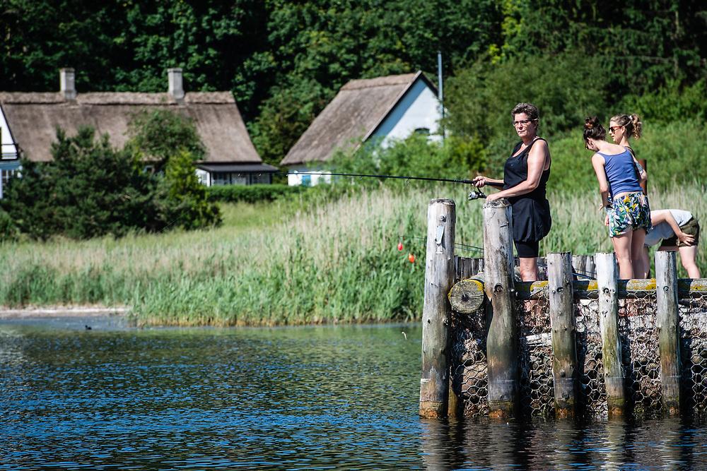Nationalparken Skjoldungernes Land og Roskilde og Omegns Lystfiskerklub havde den 2. juni inviteret 15 kvinder til at opleve lystfiskeriet p&aring; n&aelig;rmeste hold.<br /> <br /> Skovbroen ved Skibby over for Eskils&oslash; var stedet og alle pladser var booket.<br /> <br /> Med 30 grader og h&oslash;j sol var rammen sat, for at give kvinderne en oplevelse.