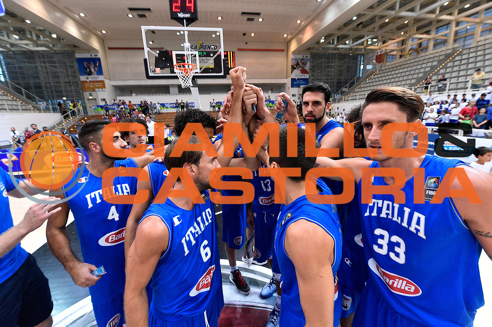 DESCRIZIONE : Trento Nazionale Italia Uomini Trentino Basket Cup Italia Austria Italy Austria <br /> GIOCATORE : Giuseppe Poeta Luca Vitali Achille Polonara<br /> CATEGORIA : Before  Mani  Fair Play <br /> SQUADRA : Italia Italy<br /> EVENTO : Trentino Basket Cup<br /> GARA : Italia Austria Italy Austria<br /> DATA : 31/07/2015<br /> SPORT : Pallacanestro<br /> AUTORE : Agenzia Ciamillo-Castoria/GiulioCiamillo<br /> Galleria : FIP Nazionali 2015<br /> Fotonotizia : Trento Nazionale Italia Uomini Trentino Basket Cup Italia Austria Italy Austria