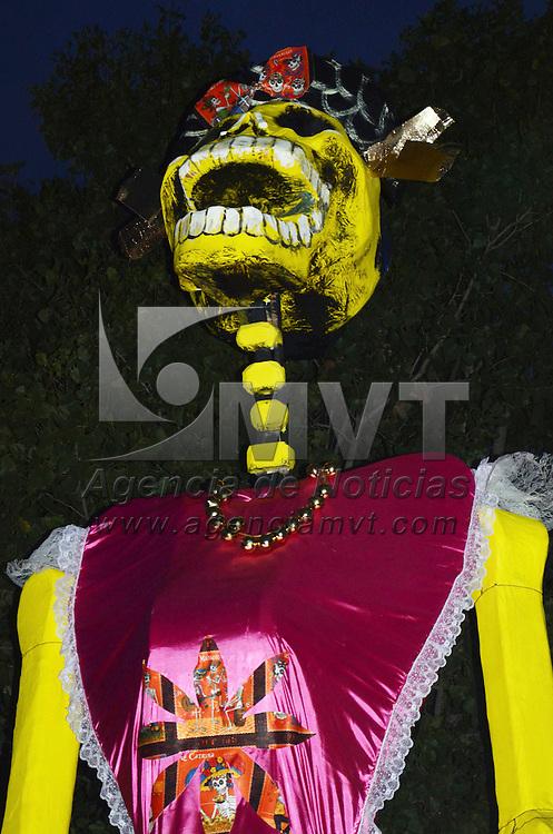 Mexicaltzingo, México.- El ayuntamiento de Mexicaltzingo realizo la instalación de una Catrina de 13 metros de altura en la avenida Independencia de este municipio, con motivo de la celebración del Día de Muertos. Agencia MVT / José Hernández