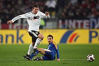 Fussball           EM Qualifikation        17.11.07 Deutschland - Zypern Lukas PODOLSKI (li, GER) im Zweikampf mit Constantinos CHARALAMBIDES (re, ZYP).