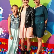 NLD/Hilversum/20150715 - Premiere Binnenstebuiten, Femke Meines, zus en moeder