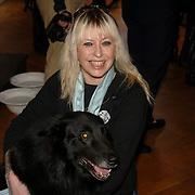 NLD/Amsterdam/20060131 - BN'er hondendiner, protest tegen gebruik proefdieren, Louise Schiffmacher - van Teylingen en hond
