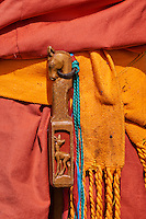 Mongolie, province de Bayankhongor, ceinture traditionnelle, la brosse pour cheval // Mongolia, Bayankhongor province, traditional belt, a brush for the horse