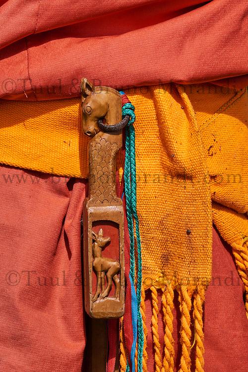 Mongolie, province de Bayankhongor, ceinture traditionnelle, la brosse pour cheval // Mongolia, Bayankhongor province, traditional belt, a brush for the horse
