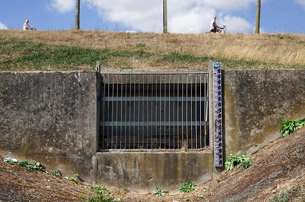 Nederland, Tolkamer, 14-8-2018Een afwateringssloot ligt er droog, uitgedroogd bij . Er hangt een peilstok, waterpeilstok naast.Toeristen, fietsers, recreanten, foetsen juist voorbij.Foto: Flip Franssen