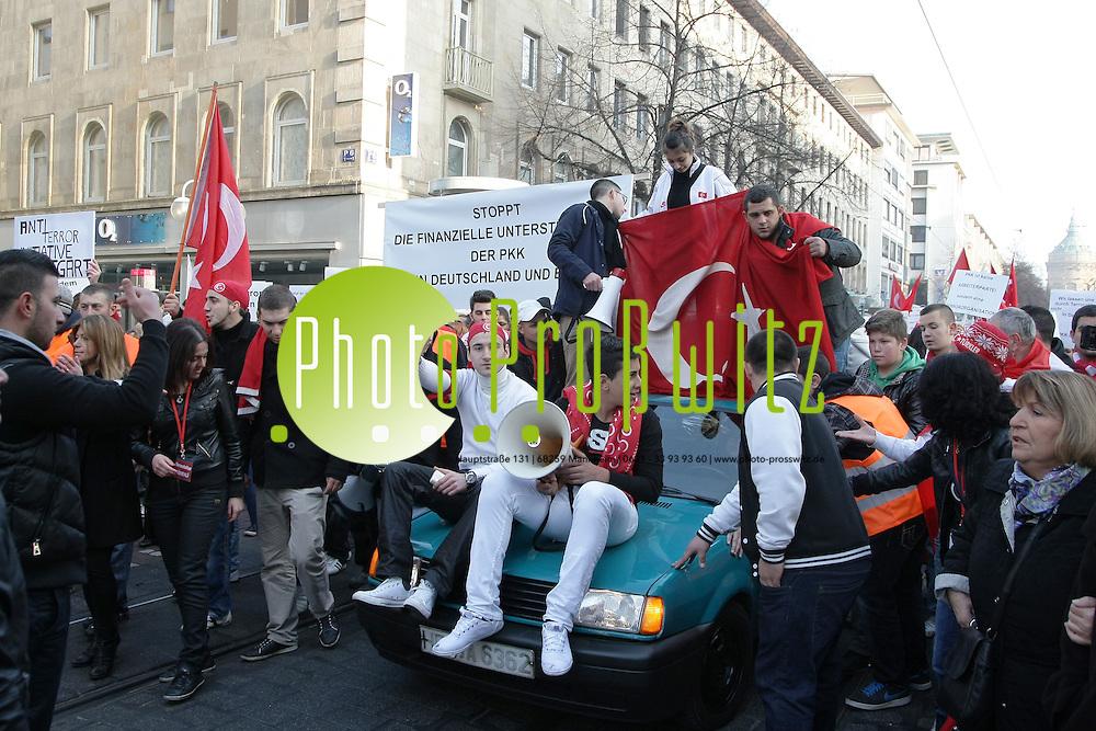Mannheim. 13.11.2011. Innenstadt. Planken. Zu einer Demonstration gegen den &quot;PKK Terror&quot; in Mannheim sind bislang weit weniger Teilnehmer gekommen als erwartet. Ein Sprecher der Polizei nannte gegen&cedil;ber dem Morgenweb die Zahl von etwa 45O Demonstranten. Im Vorfeld wurde mit 2000 Teilnehmern gerechnet, vom Veranstalter angemeldet waren 5000. Die Polizei, die mit mehreren Hundertschaften anger&cedil;ckt war, hat die Zahl ihrer Beamten vor Ort bereits reduziert. Die Demonstration begann um 13.30 Uhr, derzeit bewegt sich der Zug durch die Quadrate. Es gab den Angaben zufolge bislang keine Zwischenf&permil;lle, auch seien keine Gegendemonstranten vor Ort.<br /> <br /> Bild: Markus Proflwitz 13NOV11 / masterpress /