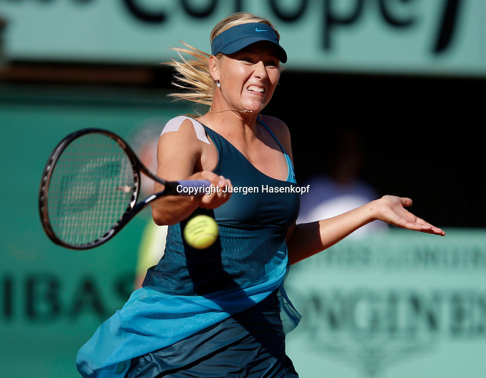 French Open 2009, Roland Garros, Paris, Frankreich,Sport, Tennis, ITF Grand Slam Tournament,<br /> Maria Sharapova (RUS)  spielt eine Vorhand,forehand,action,<br /> <br /> Foto: Juergen Hasenkopf