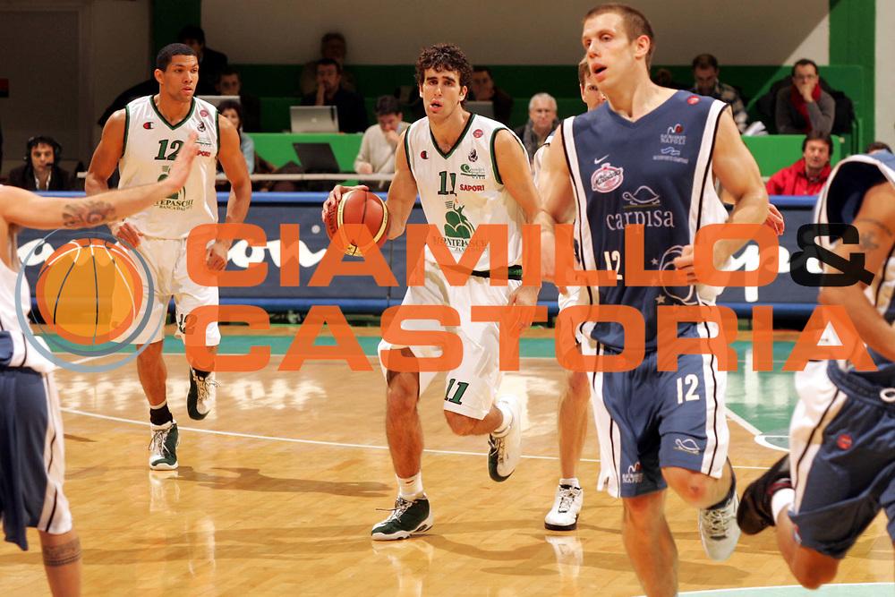 DESCRIZIONE : Siena Lega A1 2005-06 Montepaschi Siena Carpisa Napoli <br /> GIOCATORE : Datome<br /> SQUADRA : Montepaschi Siena <br /> EVENTO : Campionato Lega A1 2005-2006 <br /> GARA : Montepaschi Siena Carpisa Napoli <br /> DATA : 27/11/2005 <br /> CATEGORIA : Palleggio<br /> SPORT : Pallacanestro <br /> AUTORE : Agenzia Ciamillo-Castoria/P.Lazzeroni